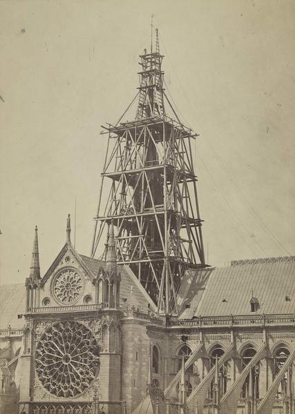 Échafaudages autour de la flèche en construction, 1859