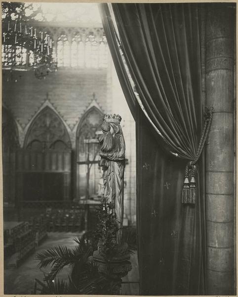 Croisée et transept nord vu du transept sud avec statue de la Vierge à l'Enfant dite Notre-Dame de Paris