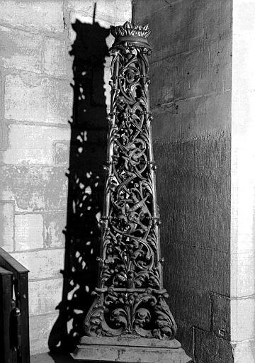 Chandelier pascal (h. 250 cm, larg. 84 cm), par Poussielgue-Rusand, d'après Viollet-le-Duc. Classé au titre des monuments historiques, 16 mai 1980. Paris, cathédrale Notre-Dame, inv. NDP n°0177. © Médiathèque de l'architecture et du patrimoine