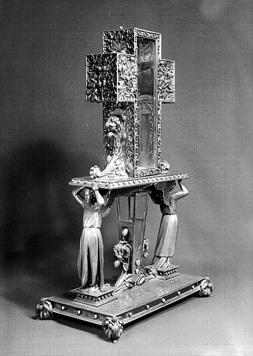 Reliquaire du Clou et du bois de la Croix (face latérale), 1862. Cliché Ferron, AP62P01058. © Médiathèque de l'architecture et du patrimoine, ministère de la Culture.