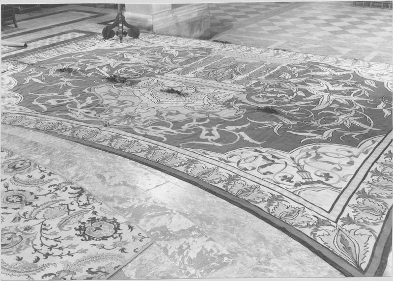 Tapis du sanctuaire, par la manufacture d'Aubusson (Frédéric Tixier) d'après Viollet-le-Duc. Classé au titre des monuments historiques, 8 janvier 1975. ©  Régie du patrimoine de la cathédrale / Notre-Dame de Paris.
