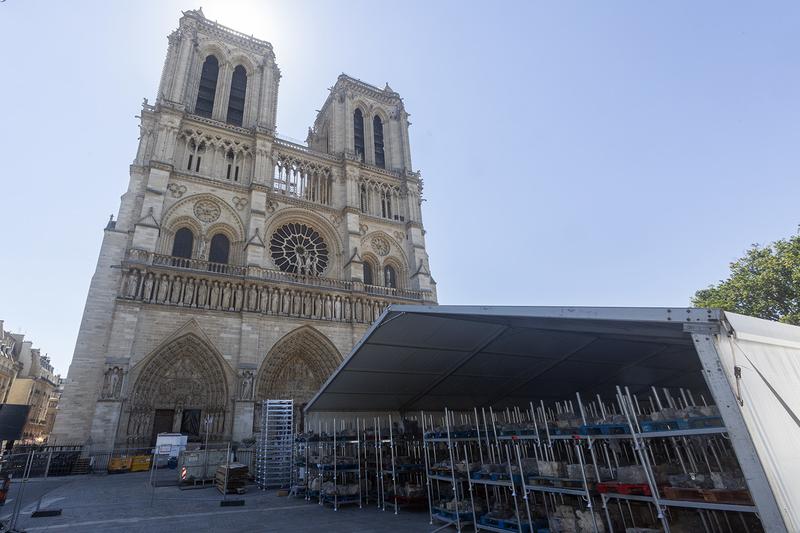 Le chantier sur le parvis de la cathédrale Notre-Dame de Paris