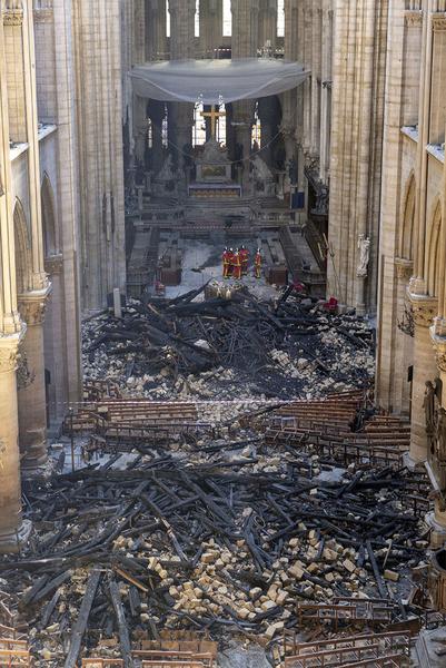 Les pompiers après l'incendie dans la cathédrale Notre-Dame de Paris