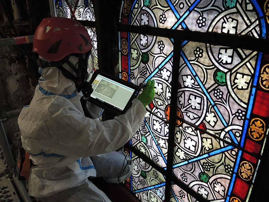 Observation des vitraux du XIXe siècle de la chapelle de la sacristie des messes