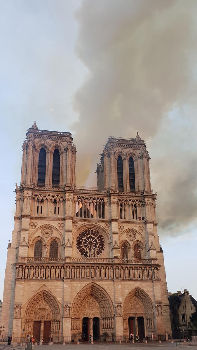 Cathédrale Notre-Dame de Paris au début de l'incendie