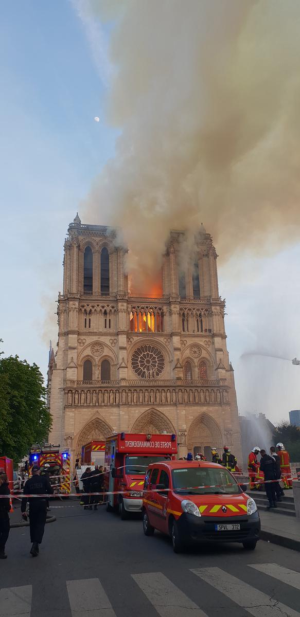 Pompiers intervenant à la cathédrale Notre-Dame de Paris