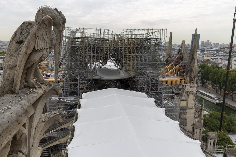 La toiture bâchée de la cathédrale Notre-Dame de Paris