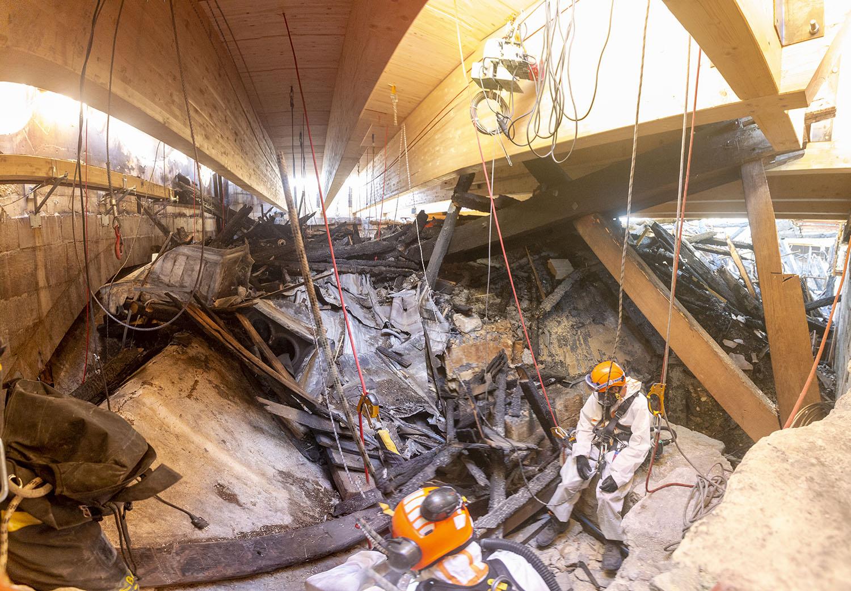 Intervention de déblayage de la toiture de la cathédrale Notre-Dame de Paris