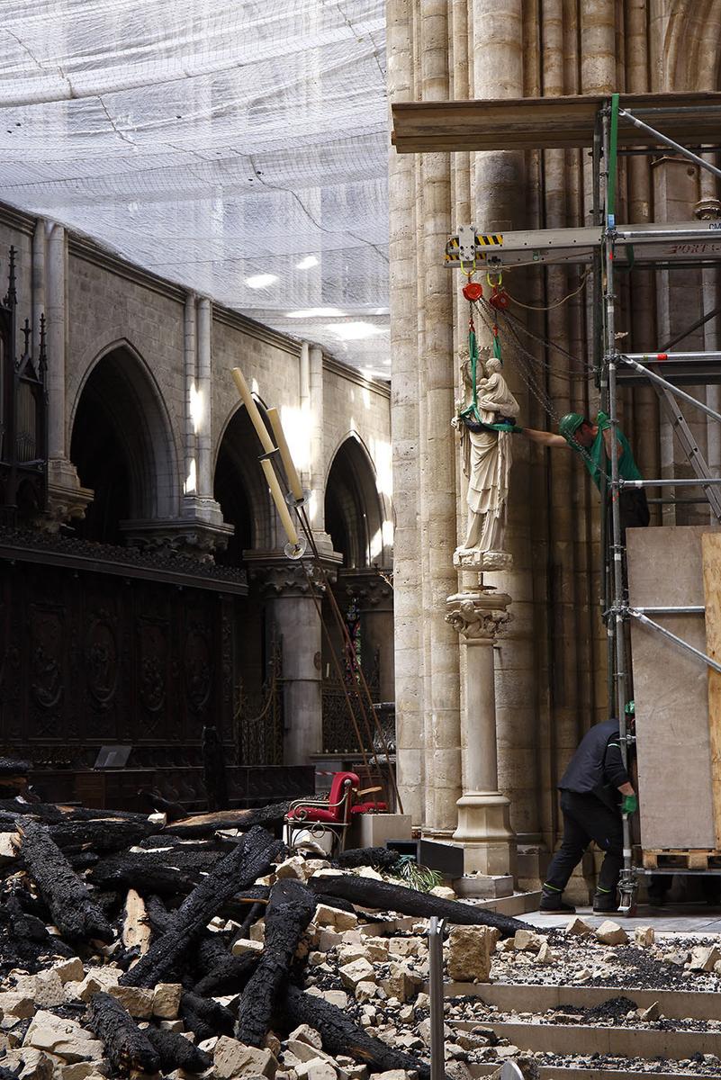 Le déplacement de Notre-Dame de Paris, la statue de la Vierge à l'enfant placée à la croisée du transept est soulevée de sa colonne
